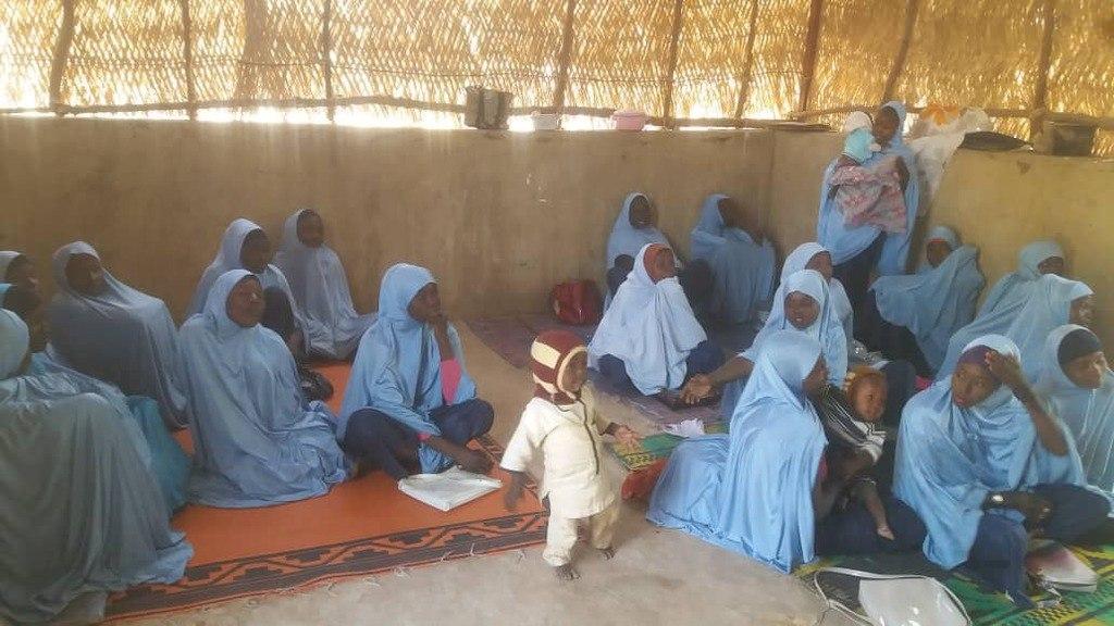 jonge moeders met peuters in het klaslokaal